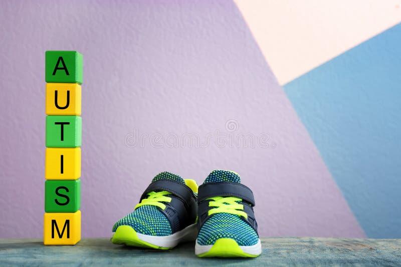 训练鞋子和立方体与词 库存照片