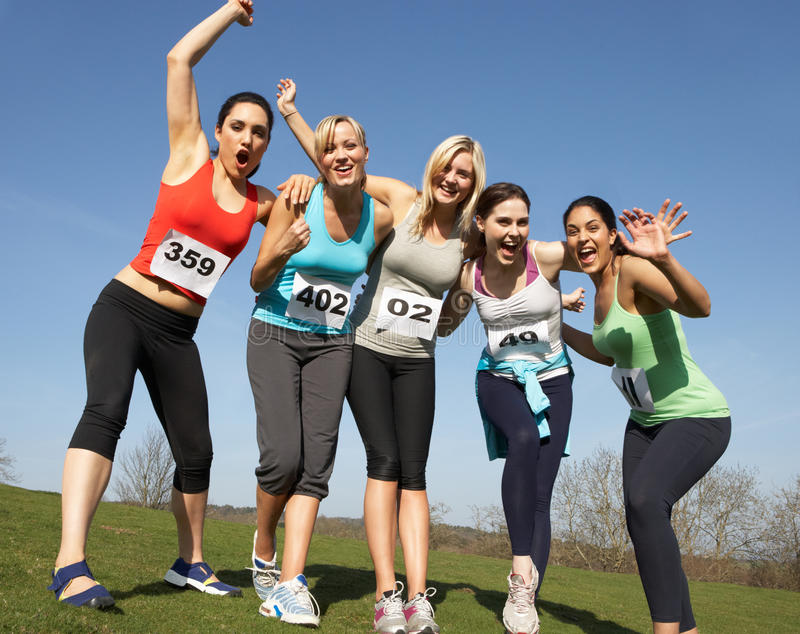 训练为种族的五个女性赛跑者 免版税库存照片