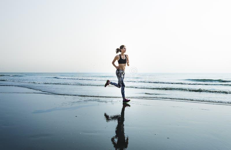 训练健康生活方式海滩概念的连续锻炼 免版税库存图片