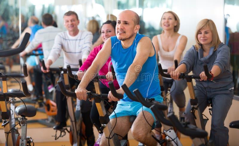 训练在健身周期的体育俱乐部 库存照片