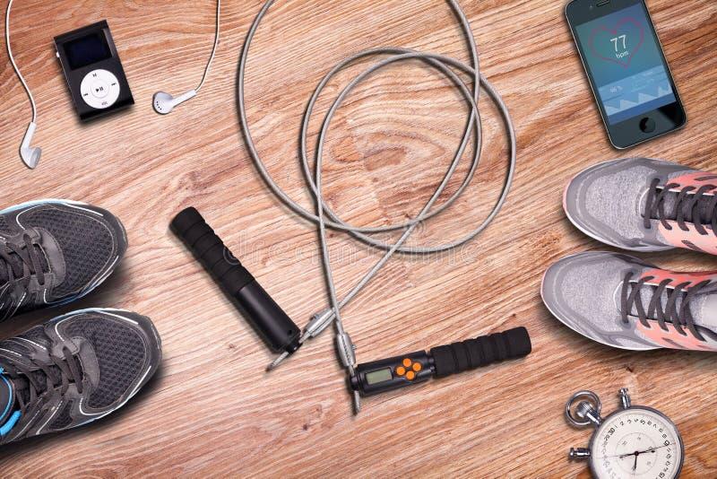 训练在健身房大厅健身丝毫跃迁绳索 健身健身房和设备对训练在木地板背景 库存照片