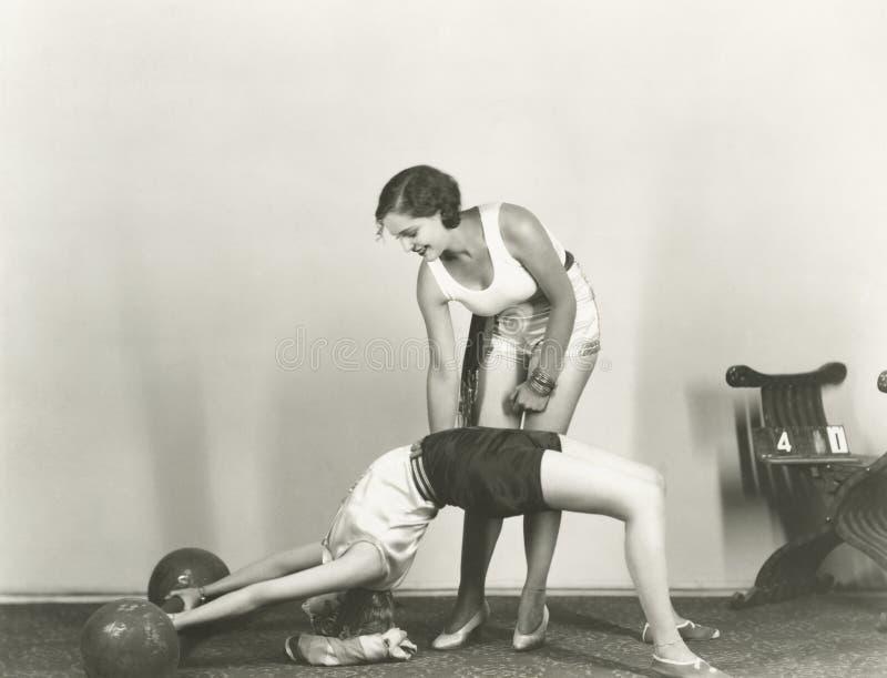 训练在健身房的妇女 库存照片