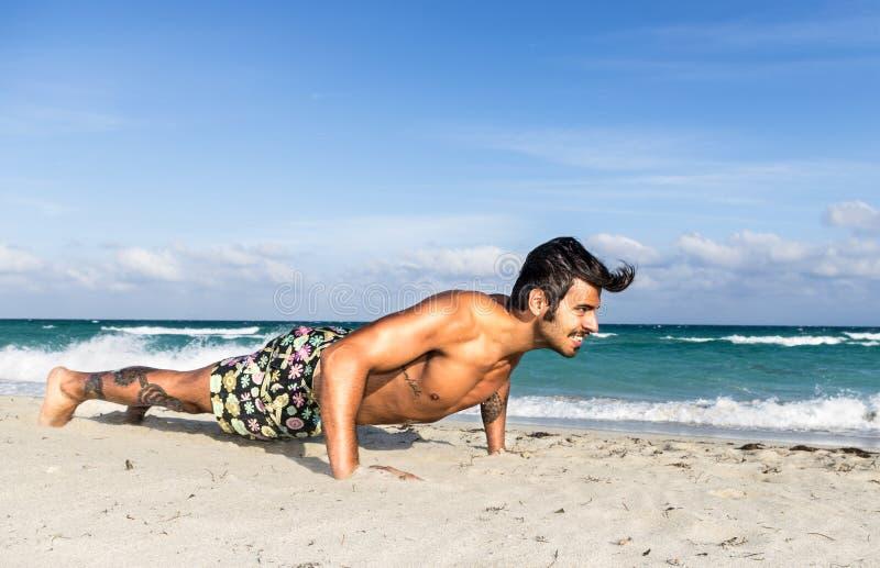 训练在海滩 免版税库存照片