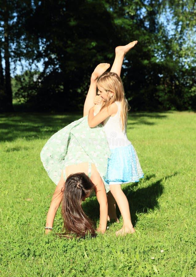 训练手倒立的女孩 免版税库存图片
