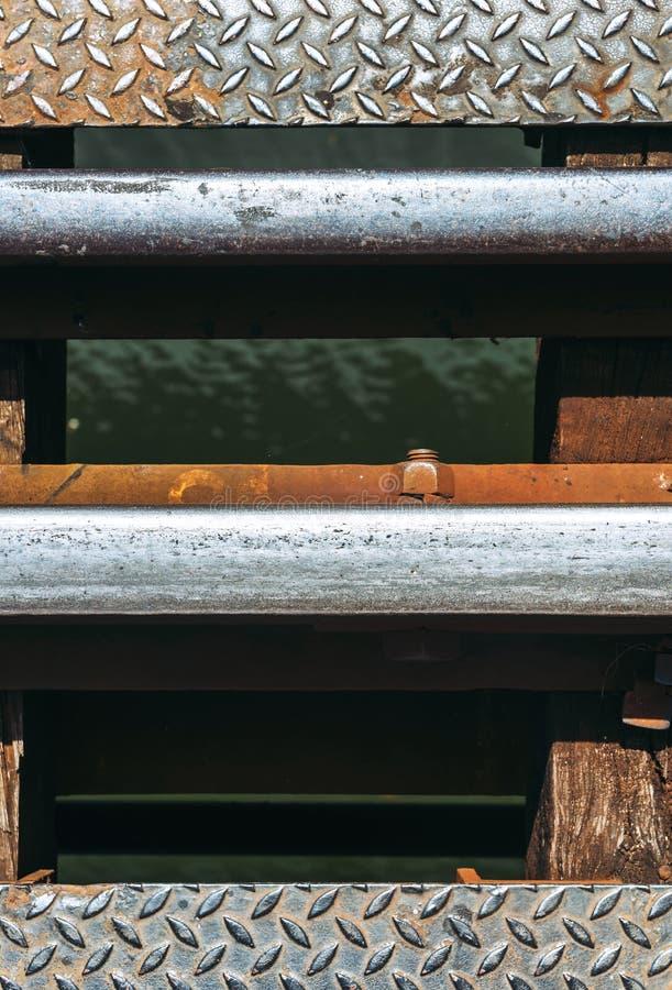 训练有螺栓的铁路在桥梁的一条河 纹理后面 库存图片