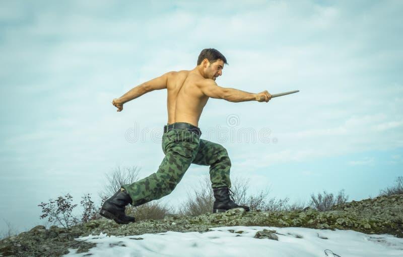 训练武术本质上的军人 免版税图库摄影