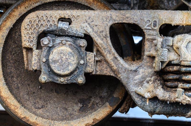 训练Baskunchak湖,俄罗斯盐盖的生锈的轮子  它是铁路支架的表面上的污点 特写镜头 免版税库存图片