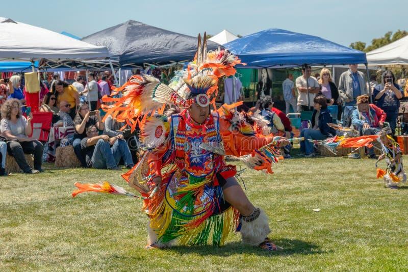 议事会的美国本地人男性舞蹈家在马利布,加利福尼亚 免版税库存照片