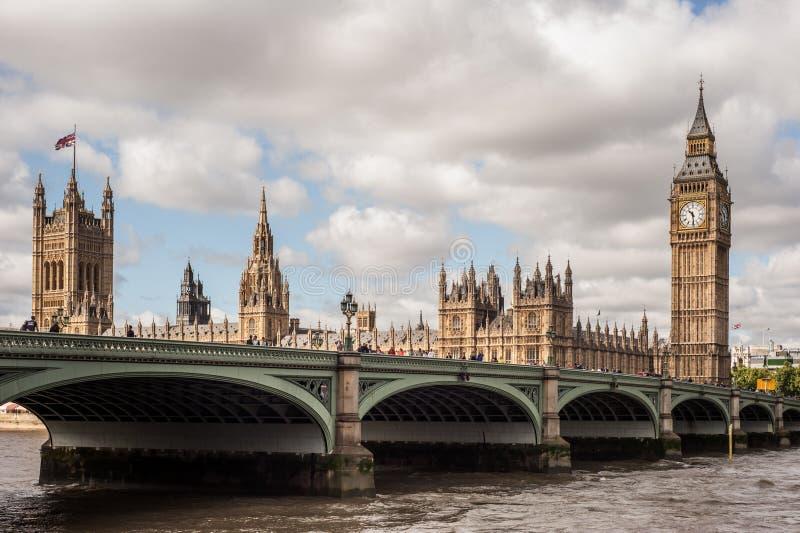 议会、大本钟和威斯敏斯特桥梁议院在伦敦 图库摄影
