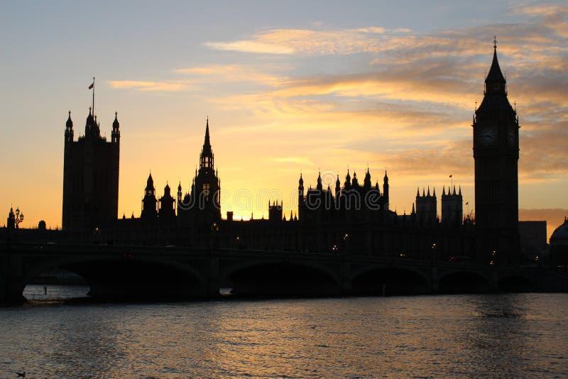 议会和大本钟日落的伦敦议院  库存照片