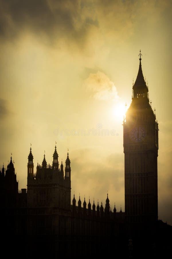 议会和大本钟议院现出轮廓反对太阳 免版税库存照片
