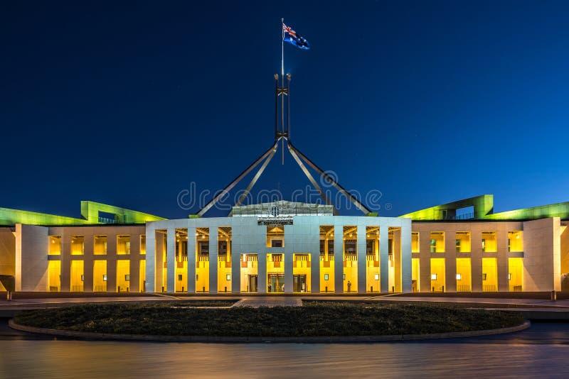 议会在晚上,堪培拉,澳大利亚安置照亮 免版税库存图片