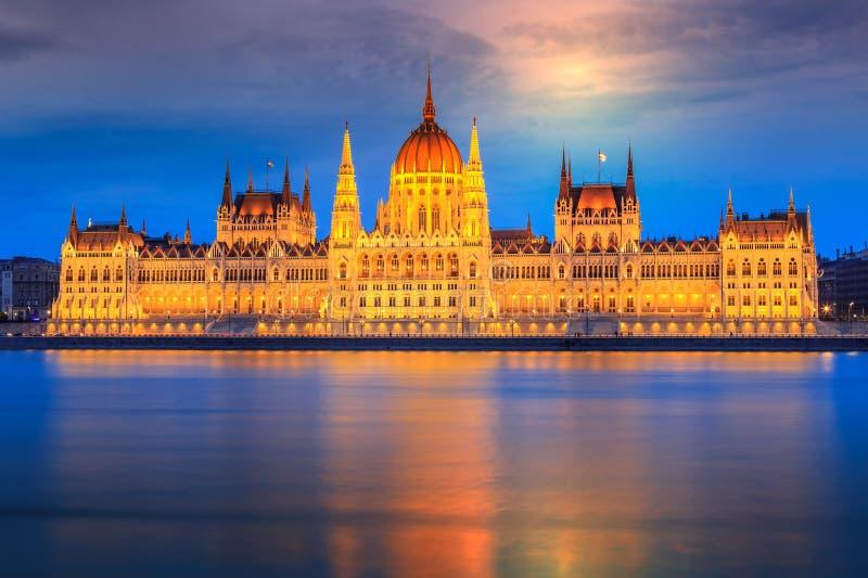 议会在晚上,布达佩斯都市风景,匈牙利,欧洲 免版税库存照片