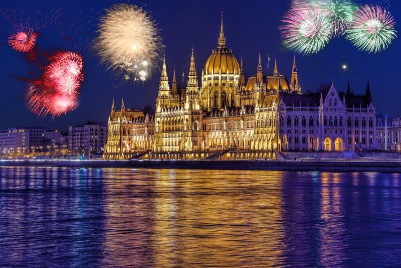 议会在有烟花的布达佩斯,新年的庆祝,匈牙利 免版税库存图片