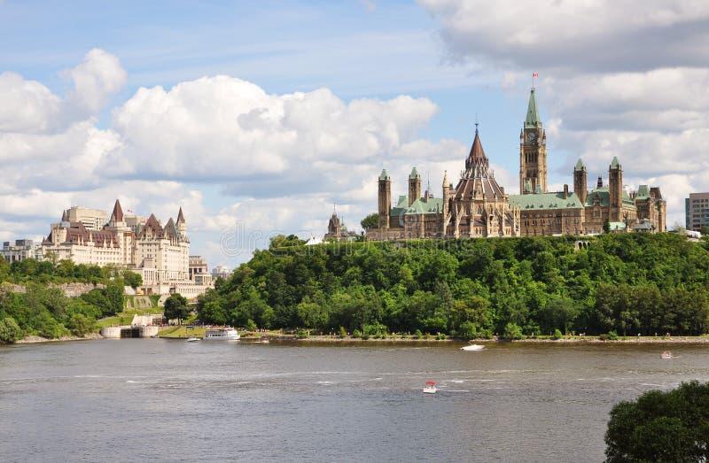 议会大厦和Fairmont大别墅Laurier 免版税图库摄影