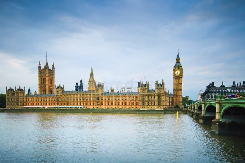 议会大本钟、议院,泰晤士河和桥梁伦敦,英国 图库摄影