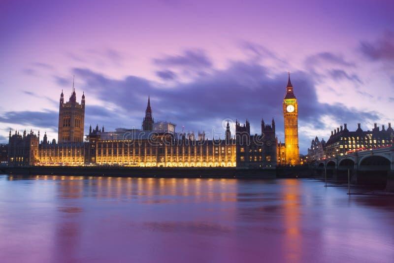 议会大本钟和议院在幻想日落的环境美化 免版税库存照片