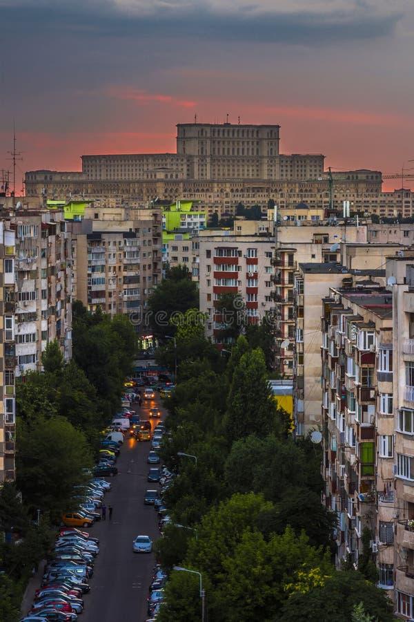 议会布加勒斯特宫殿在日落的 免版税库存照片