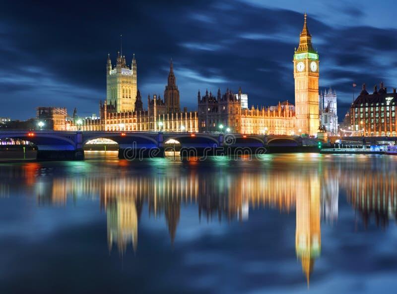 议会晚上,伦敦,英国大本钟和议院  免版税库存图片