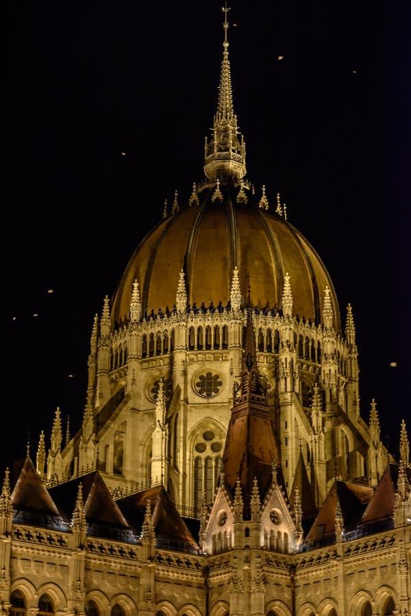 议会的圆顶看法在晚上,布达佩斯-匈牙利 免版税库存照片
