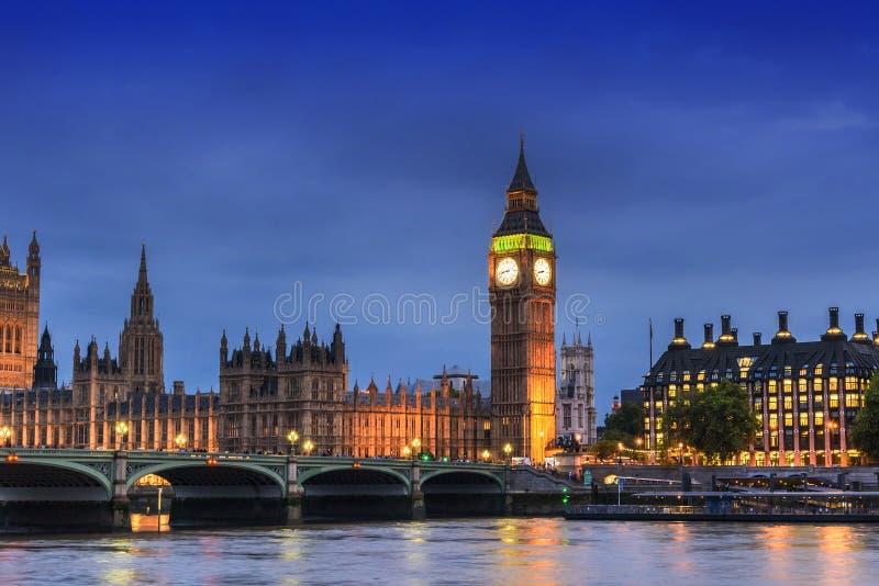 议会,伦敦,英国大本钟和议院,在黄昏晚上 免版税图库摄影