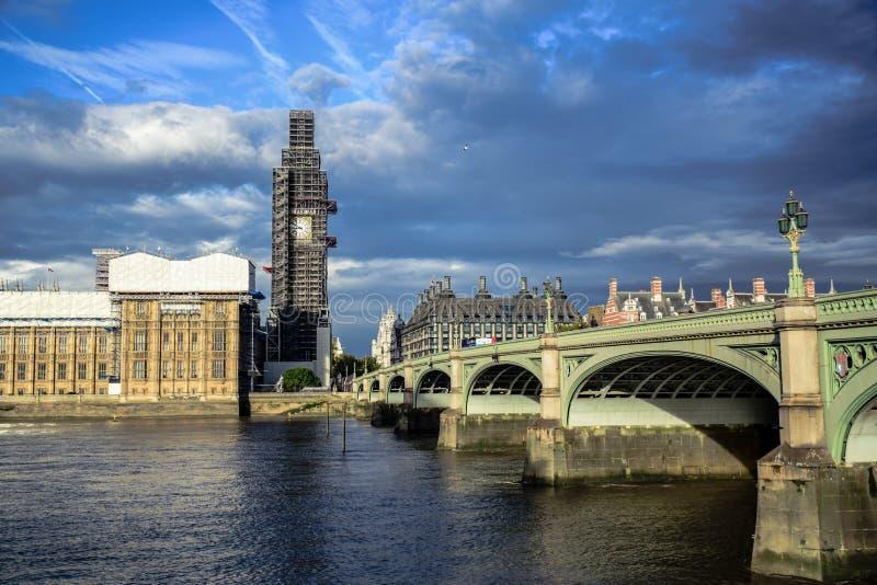议会,威斯敏斯特桥梁和大本钟钟楼议院在修理和维护,伦敦,英国中 库存图片