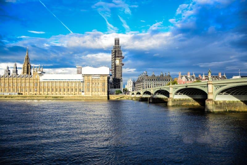 议会,威斯敏斯特桥梁和大本钟钟楼议院在修理和维护,伦敦,英国中 免版税库存照片