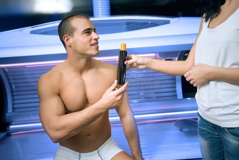 建议的女雇员在日光浴室顾客 免版税库存照片
