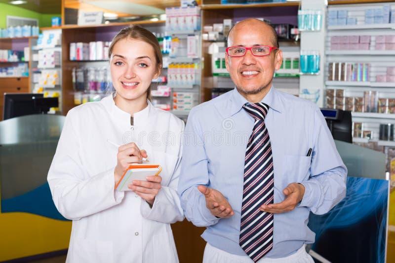 建议的药剂师顾客 库存图片
