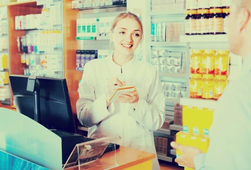 建议的药剂师顾客 免版税库存照片