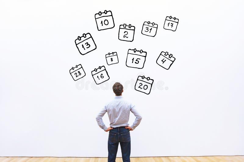 议程概念,看日历的商人 免版税库存照片