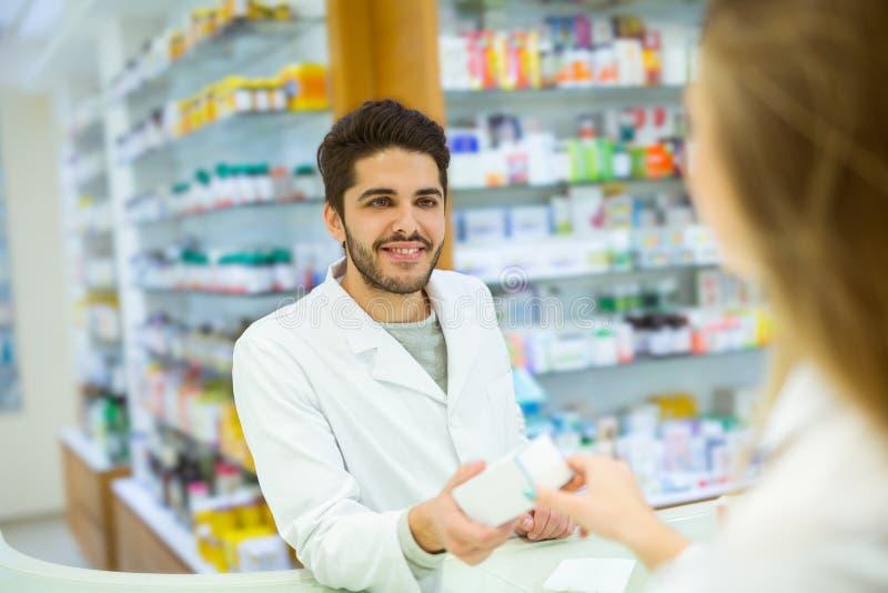 建议老练的药剂师女性顾客 免版税图库摄影