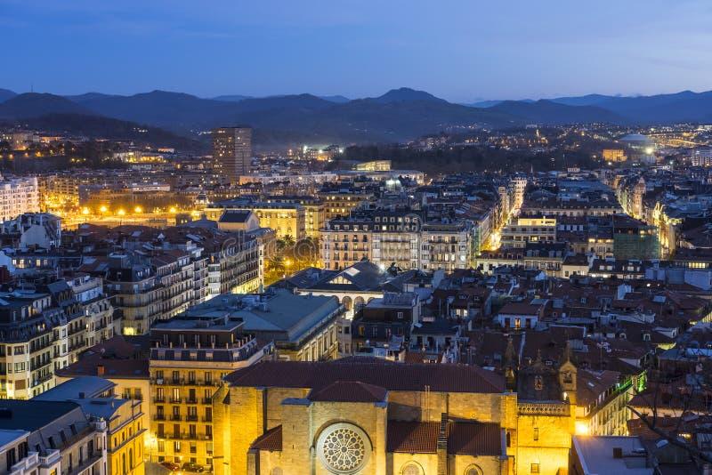 议院和光在晚上在城市 免版税库存照片