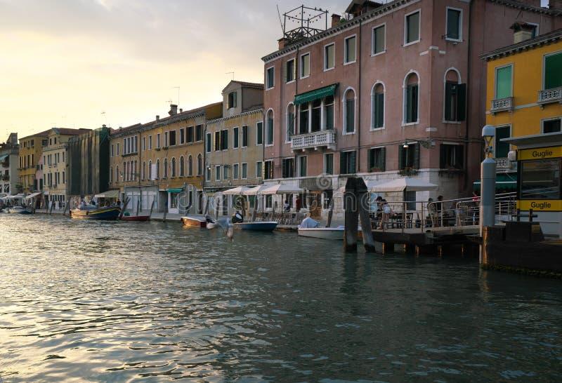 议院和商店在Guglie桥梁附近在Cannaregio运河,威尼斯 库存照片