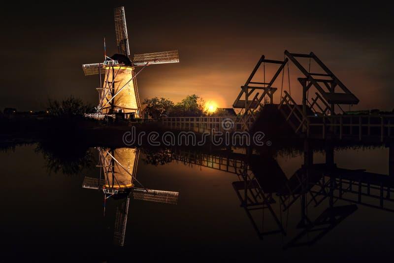 议院和巨型荷兰人在晚上 免版税图库摄影