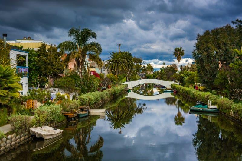 议院和桥梁沿一条运河在威尼斯靠岸 库存照片