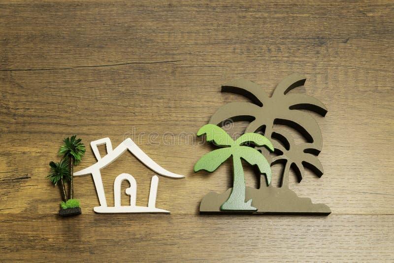 议院和棕榈树的木标志在木地板上的 库存照片