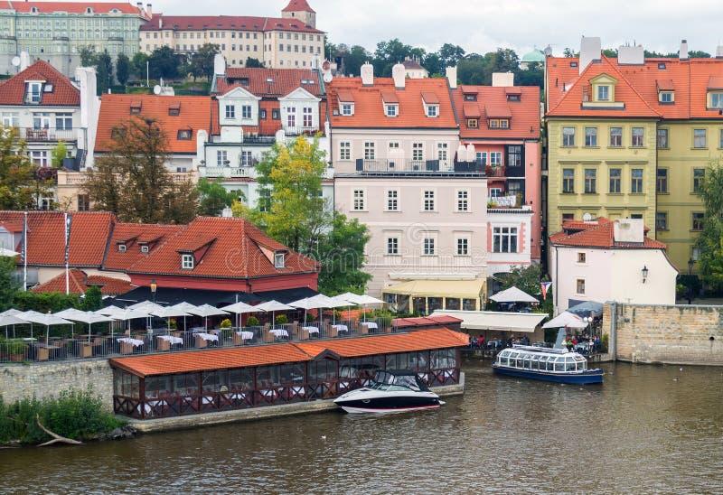 议院和餐馆在河伏尔塔瓦河的右岸 库存照片