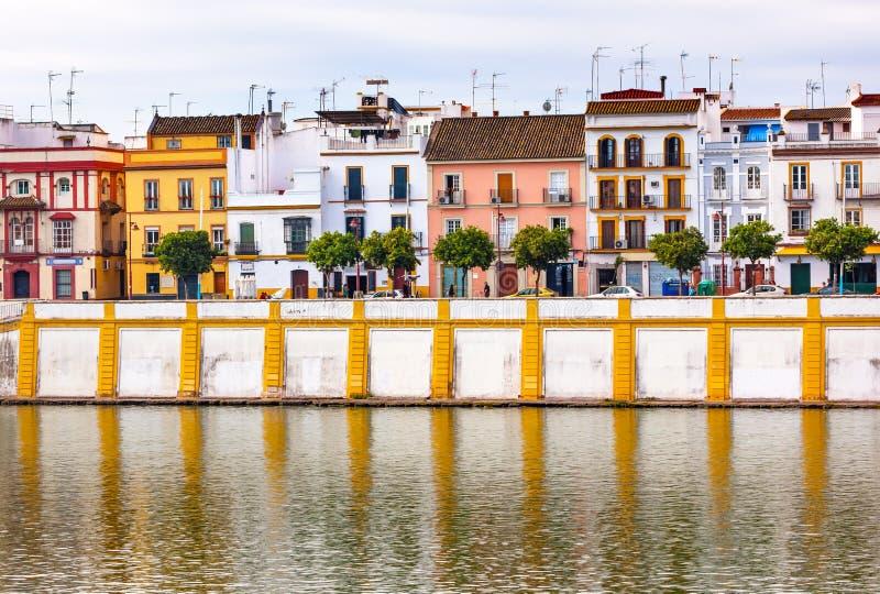 议院商店都市风景河Guadalquivr塞维利亚西班牙 免版税图库摄影