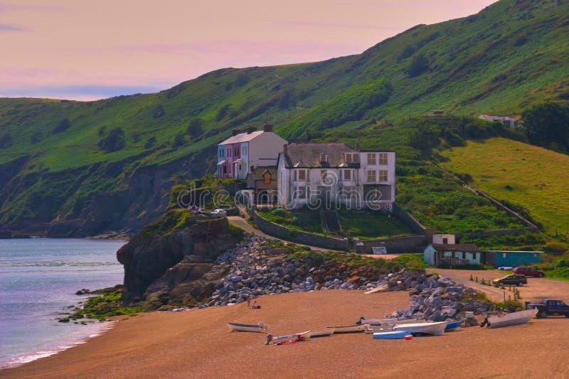 议院在与峭壁的海边接近起动点,德文郡,英国灯塔  免版税库存图片