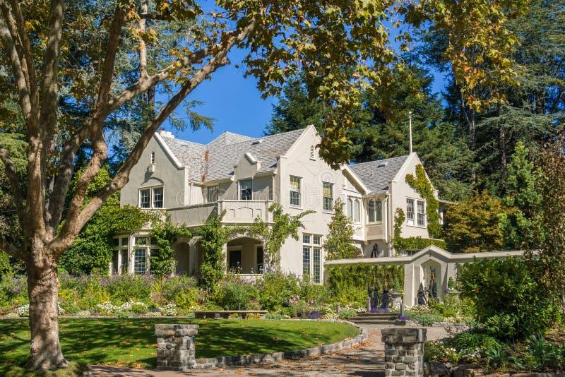议院在住宅邻里在奥克兰,旧金山湾在一个晴天,加利福尼亚 库存图片