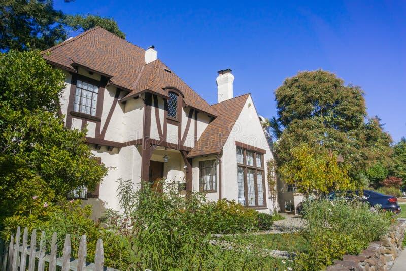议院在住宅邻里在奥克兰,旧金山湾在一个晴天,加利福尼亚 免版税库存图片