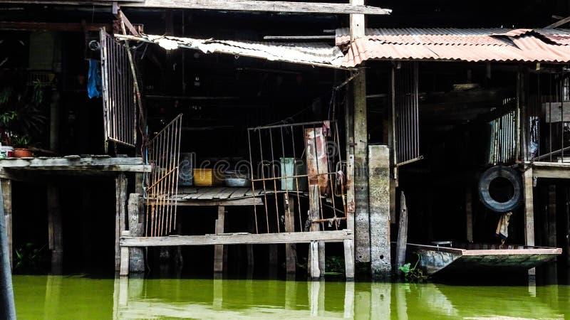 议院在泰国临近河 免版税库存照片