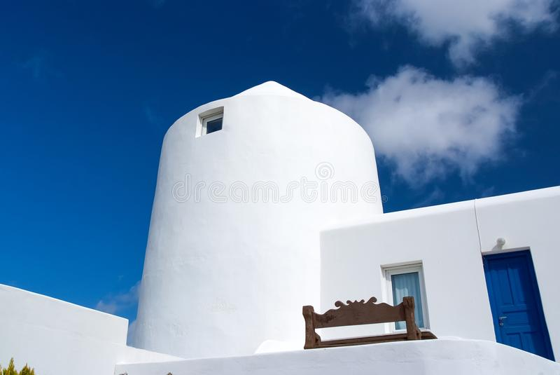 议院在米科诺斯岛,希腊 在晴朗的蓝天的被粉刷的大厦 典型的房子建筑学和设计 katya krasnodar夏天领土假期 免版税库存照片