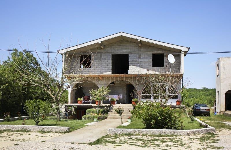 议院在Studenci 达成协议波斯尼亚夹子色的greyed黑塞哥维那包括专业的区区映射路径替补被遮蔽的状态周围的领土对都市植被 免版税库存照片