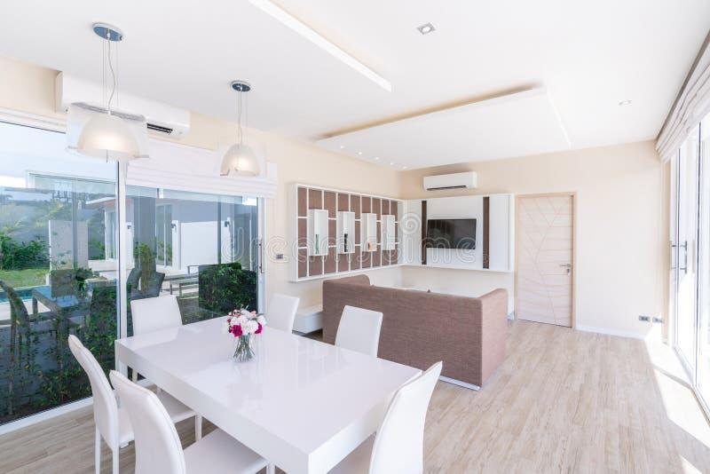 议院或住宅建设豪华室内设计在水池别墅客厅  与高被提高的天花板和d的通风和明亮的空间 免版税图库摄影