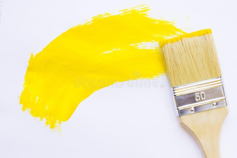 议院整修概念,colorfull绘罐头和油漆刷在木背景 库存图片