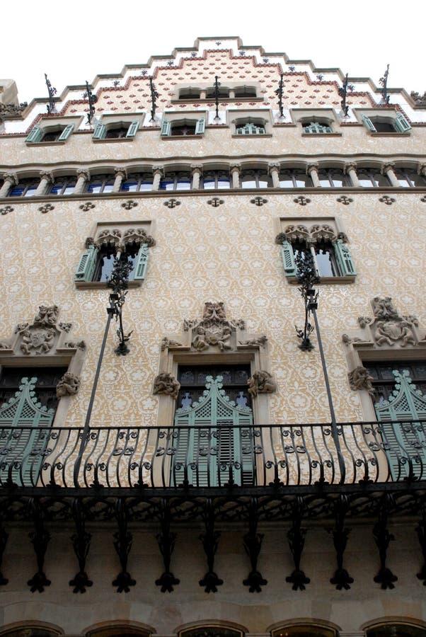 议院由与一个长的锻铁阳台的Gaudi设计了在巴塞罗那在西班牙 库存图片