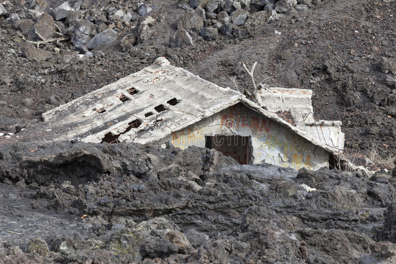 议院被充斥在熔岩下 库存照片