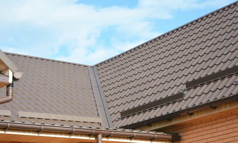 议院金属弯头屋顶建筑防水的问题范围 下雨天沟系统和屋顶保护免受雪板 库存照片